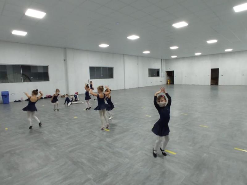 Aulas de dança moderna no Colégio Evangélico Jaraguá